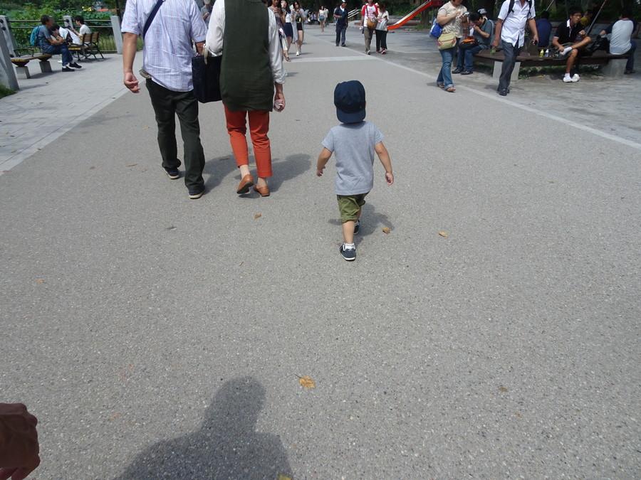 前を歩く子ども
