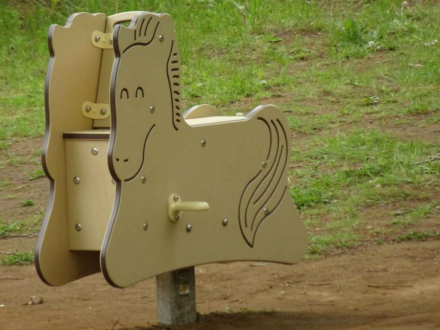 馬の形をした遊具