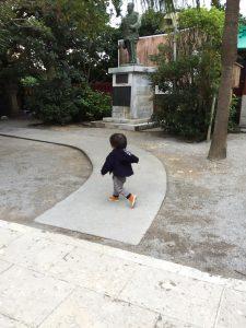 楽しそうに歩く赤ちゃん