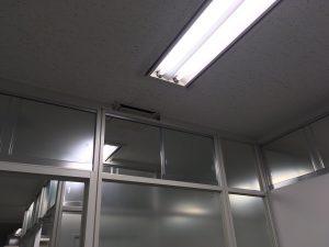 オフィスにある蛍光灯