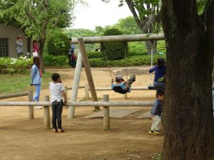 ブランコで遊ぶ子供たち