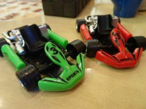 緑色と赤色のミニ四駆
