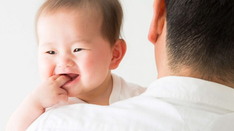 父親に抱っこされる赤ちゃん