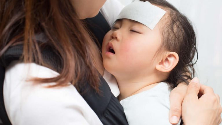具合の悪い子供を看病する母