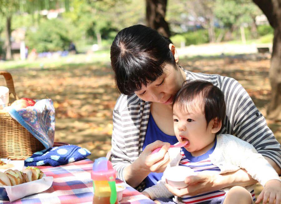 赤ちゃんにご飯をあげる母