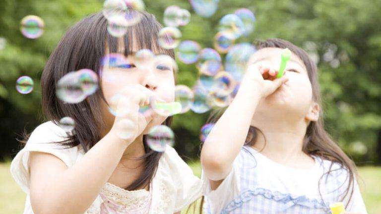 シャボン玉を楽しむ2人の子ども